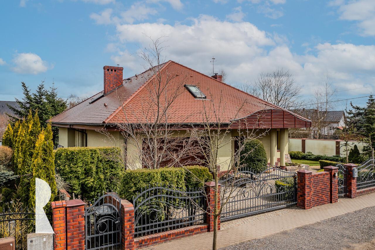 Dom w stylu klasycznym z basenem